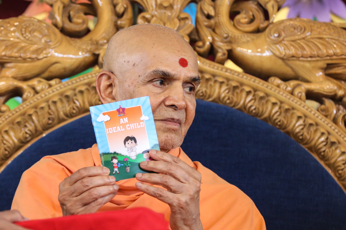 Swamishri inaugurates a new print publication, 'An Ideal Child'