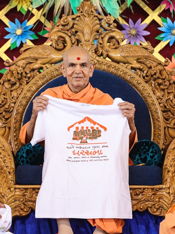 Swamishri inaugurates a T-shirt to promote the Ghar Sabha campaign