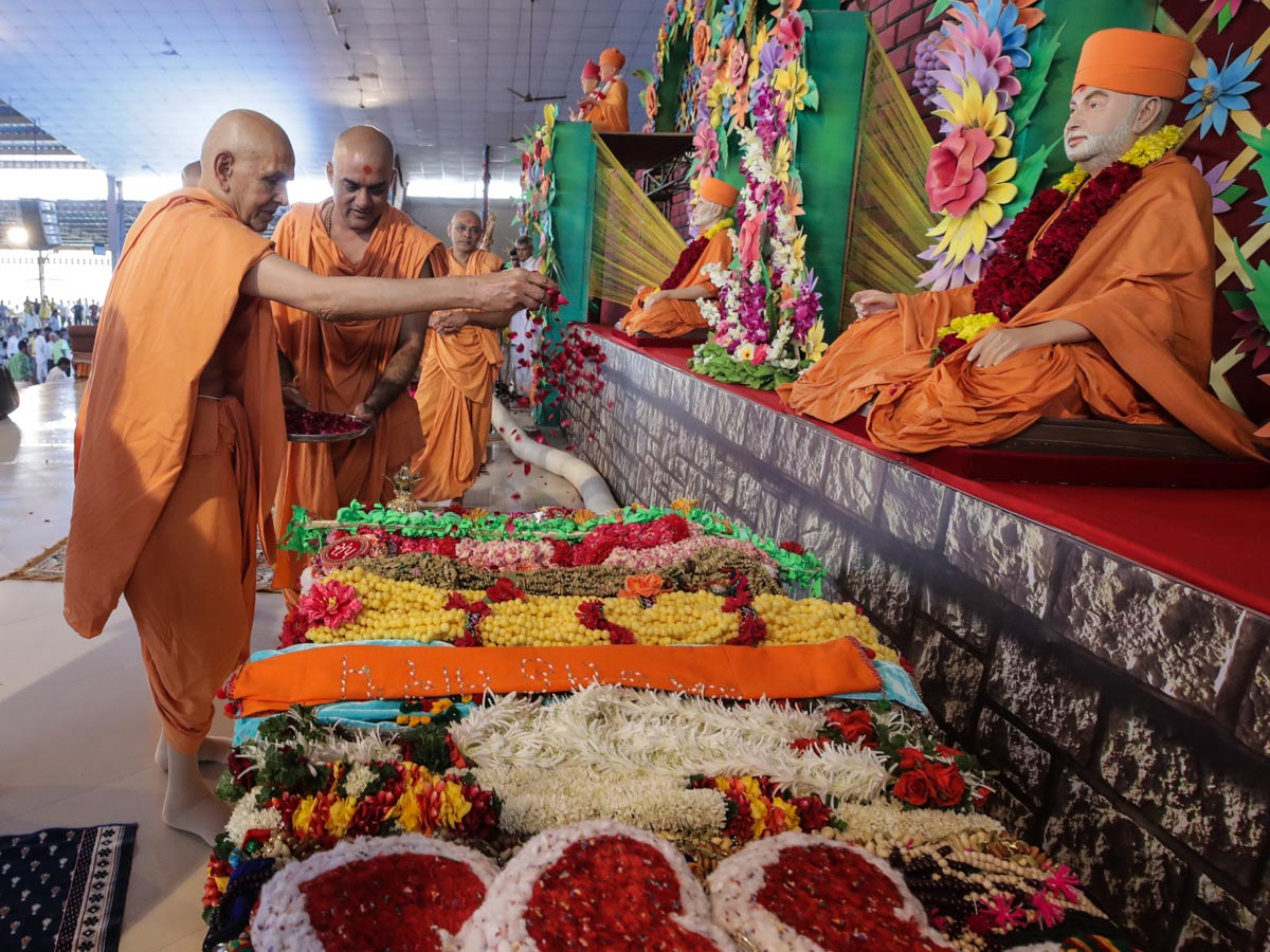 Swamishri sanctifies garlands made by devotees from various centers