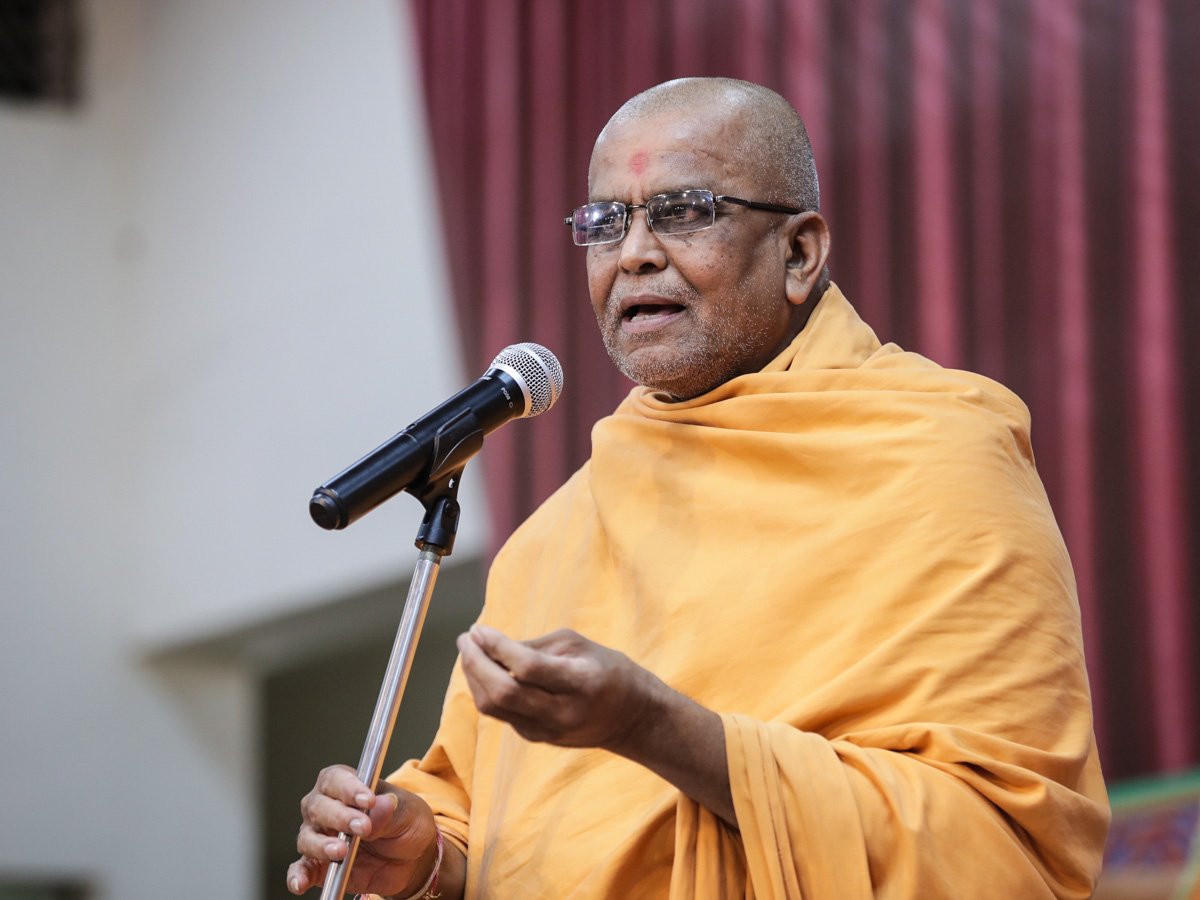 Vedagna Swami addresses the assembly