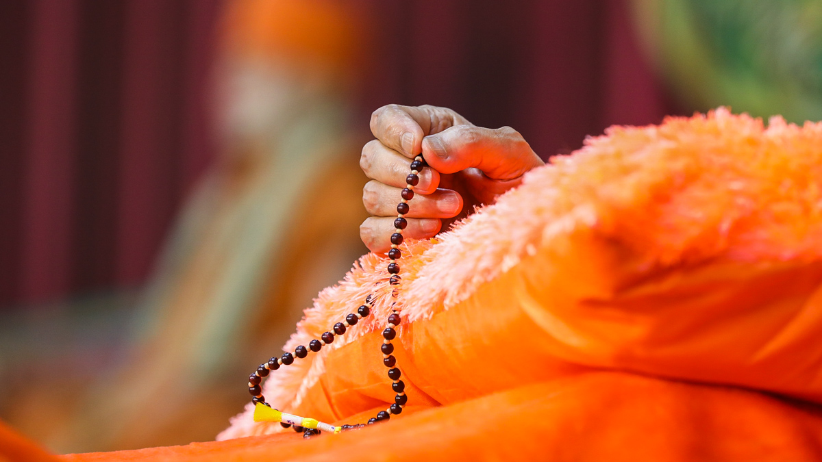 Swamishri performs malas during the assembly