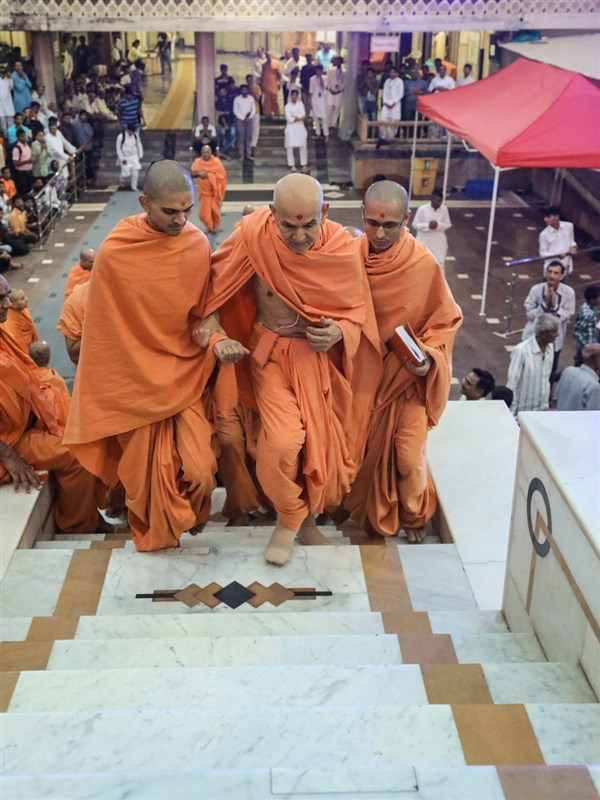 Swamishri climbs the mandir steps for Thakorji's darshan
