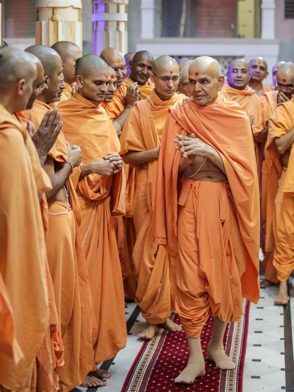 Swamishri greets sadhus with 'Jai Swaminarayan' in the mandir pradakshina