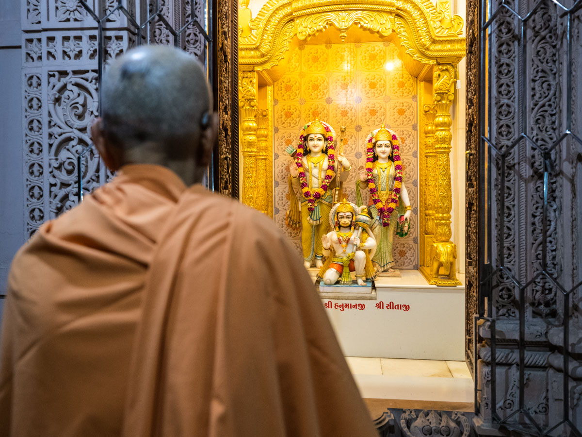 Swamishri engrossed in darshan of Shri Sita-Ram Dev and Shri Hanumanji
