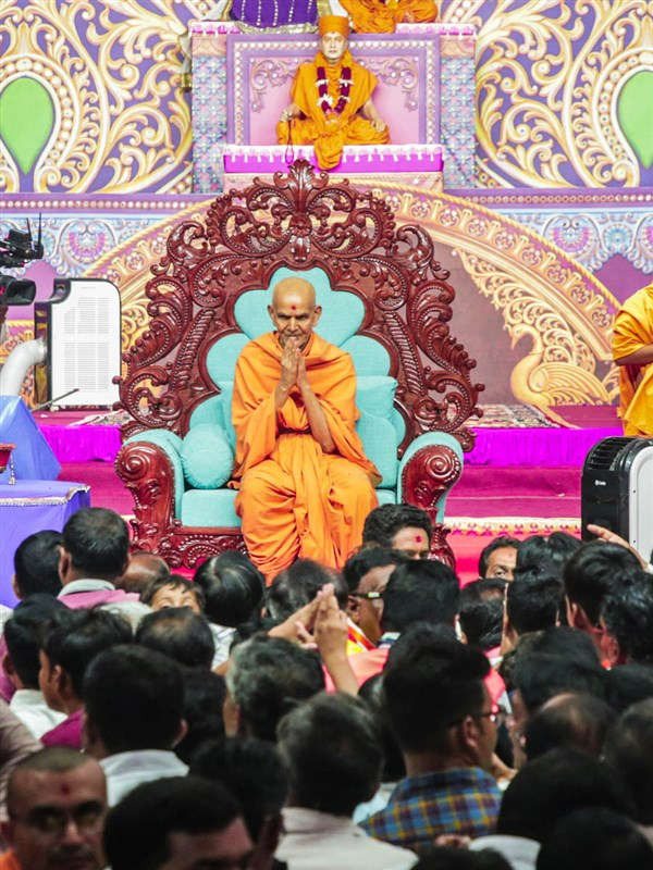 Swamishri greets devotees with 'Jai Swaminarayan' during samip darshan