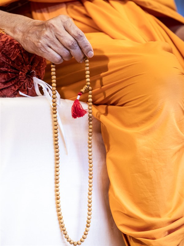 Swamishri doing mala during the assembly