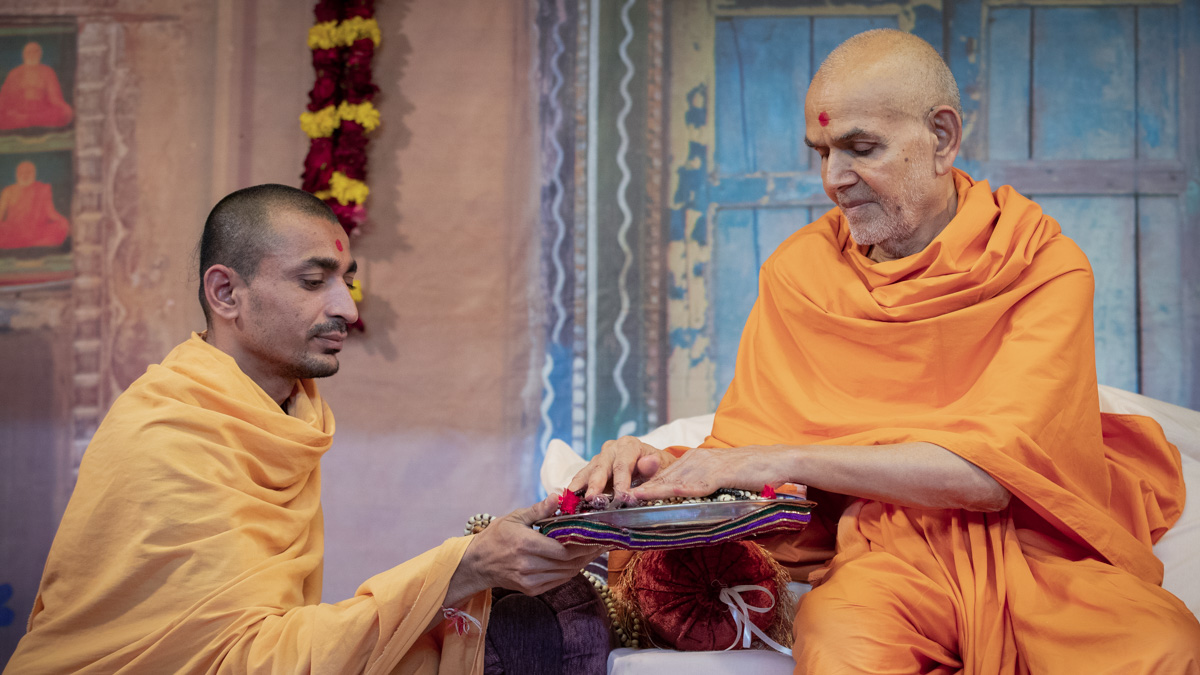 Swamishri sanctifies malas