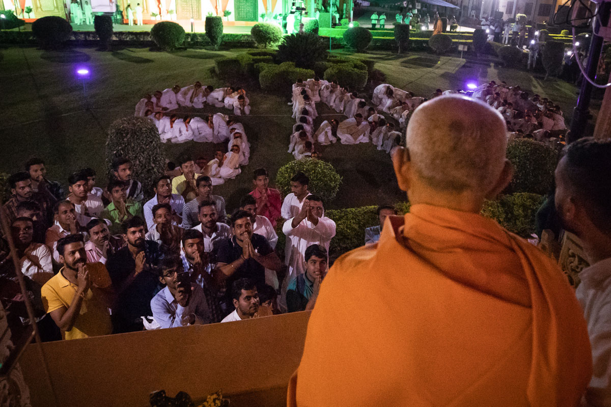 Swamishri observes a display by children