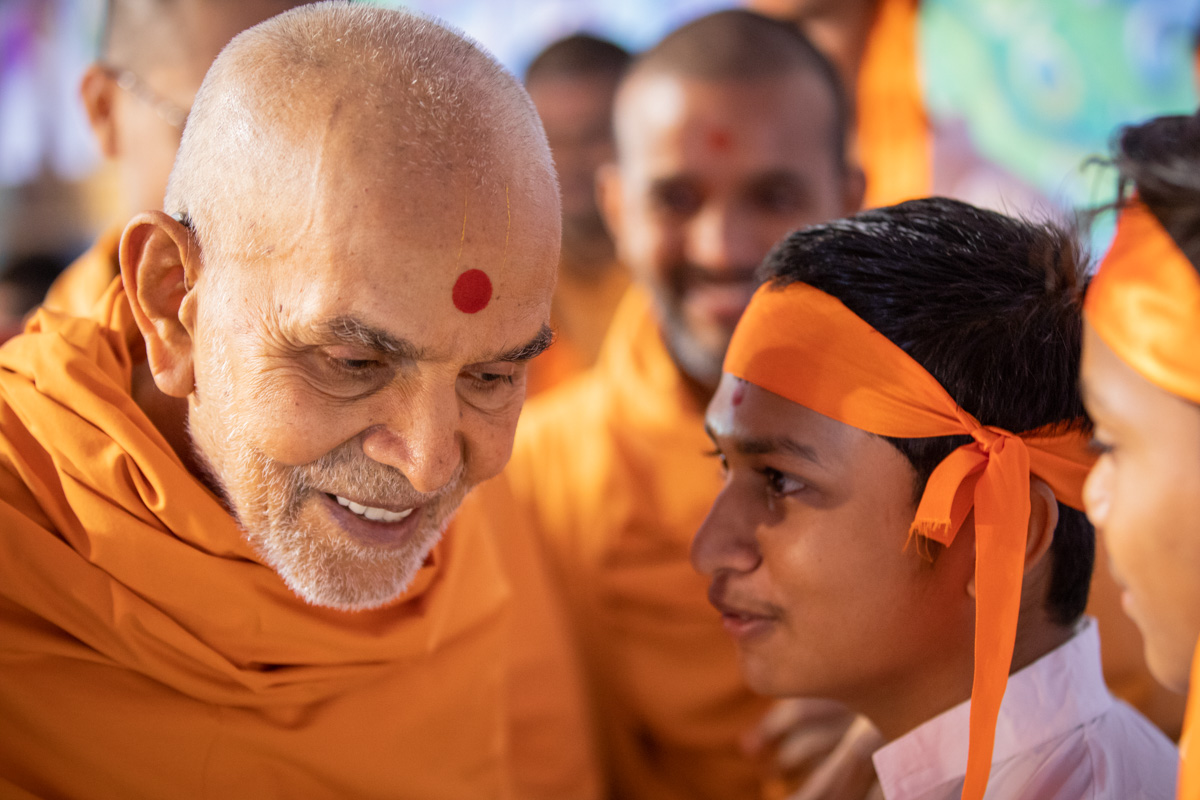 Swamishri listens to a child