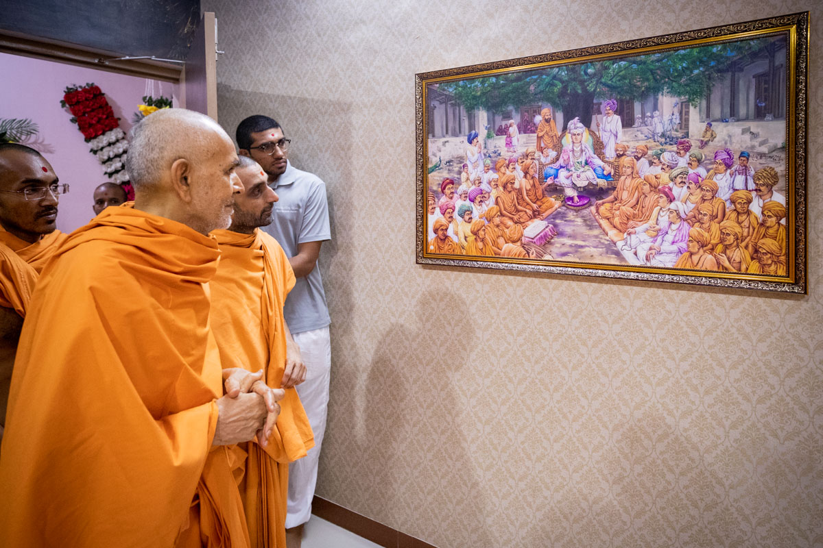 Swamishri observes a painting