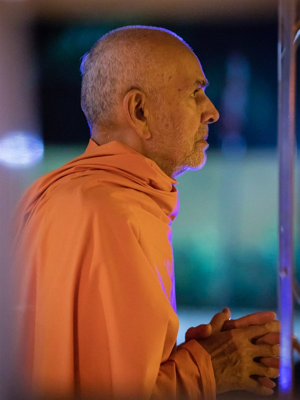 Swamishri engrossed in darshan of Shri Guru Parampara