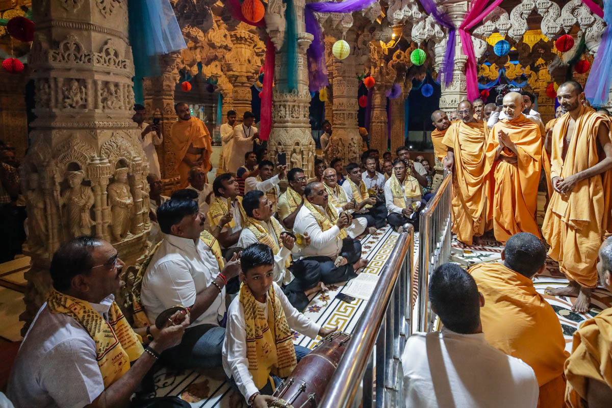 Devotees sing kirtans in traditional 'ochchhav' style