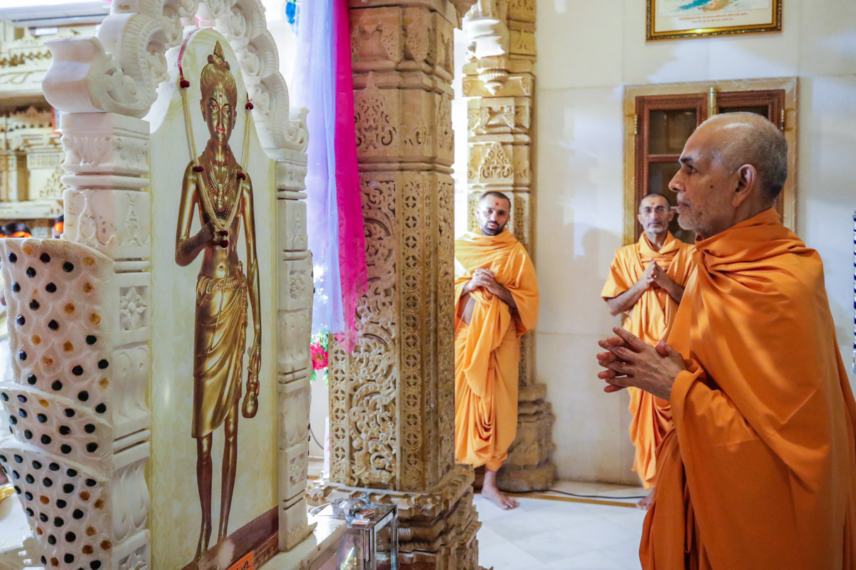 Swamishri engrossed in darshan of Shri Nilkanth Varni in the abhishek mandap