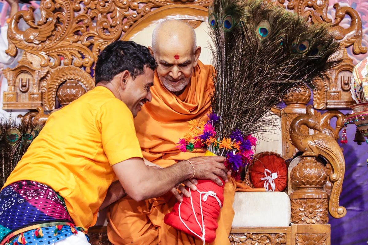 Swamishri sanctifies tribal head gear