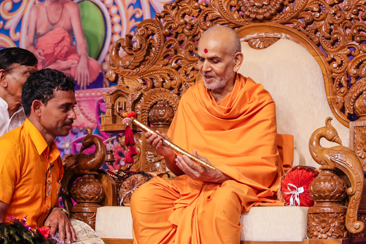 Swamishri sanctifies a dance stick