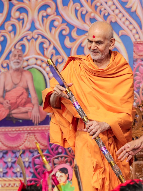 Swamishri sanctifies a stick