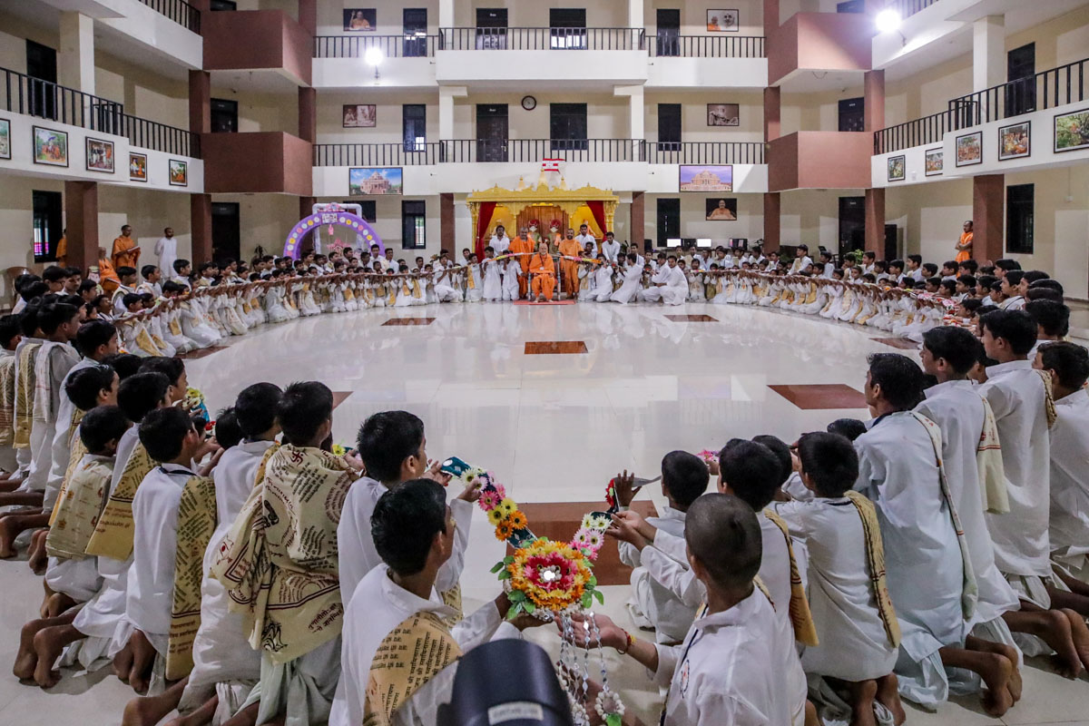 Chhatralaya students honor Swamishri with a garland