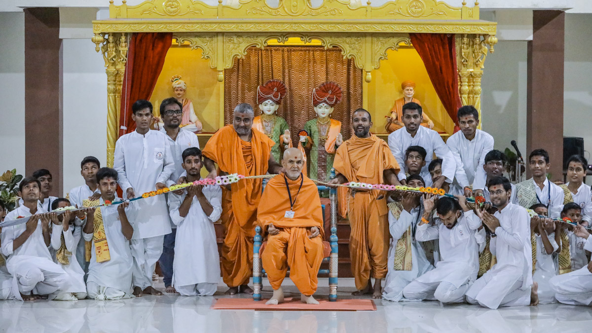 Swamishri honored with a large garland