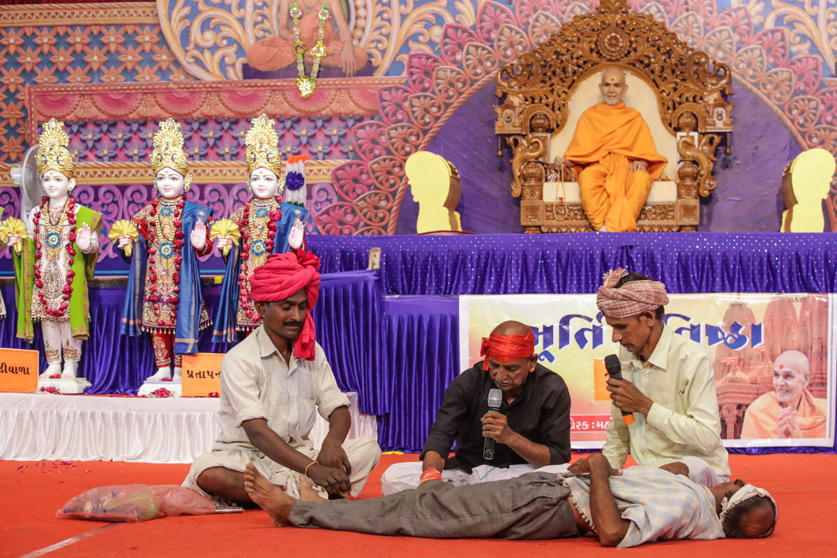 A skit presentation by devotees in the evening assembly