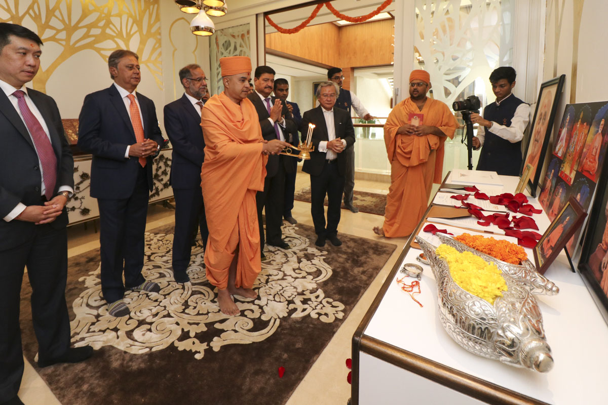 Brahmavihari Swami, dignitaries and committee members perform arti