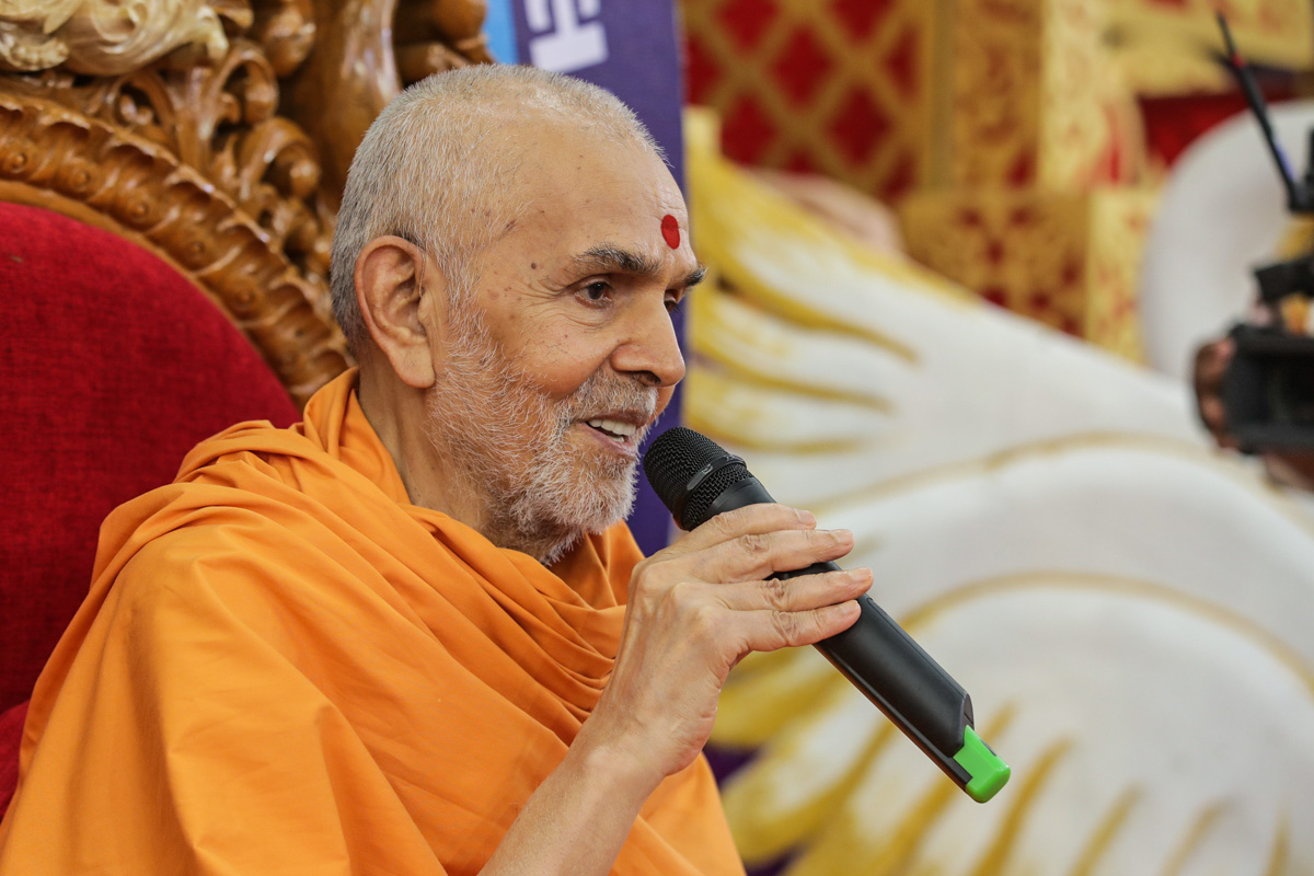 Swamishri converses with students