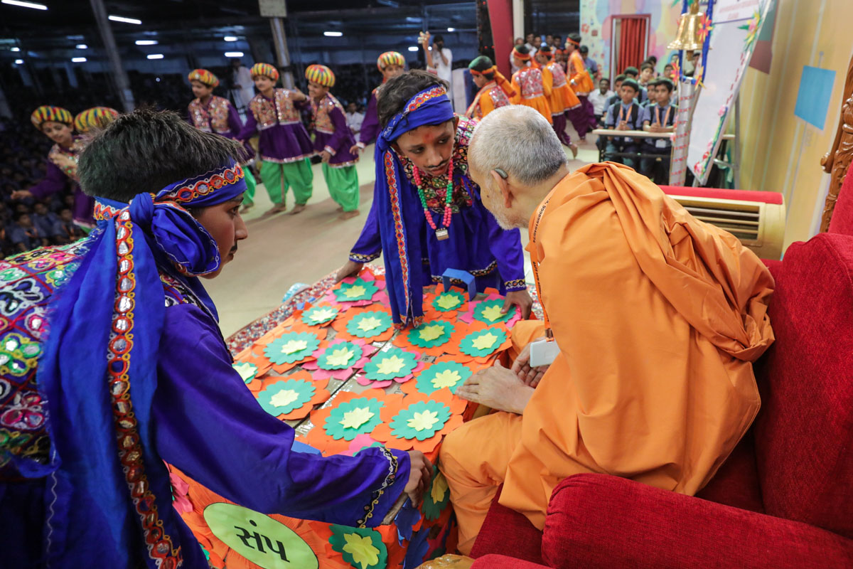 Swamishri interacts with students