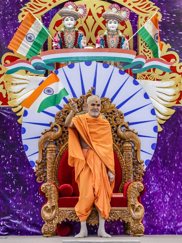 Swamishri waves an Indian tricolor to commemorate India's 72nd Independence Day