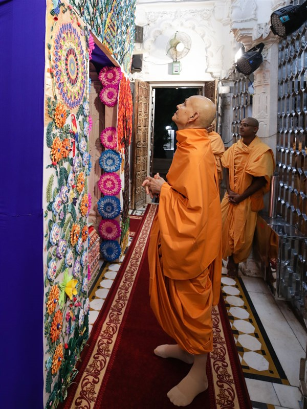 Swamishri observes a decorative hindolo