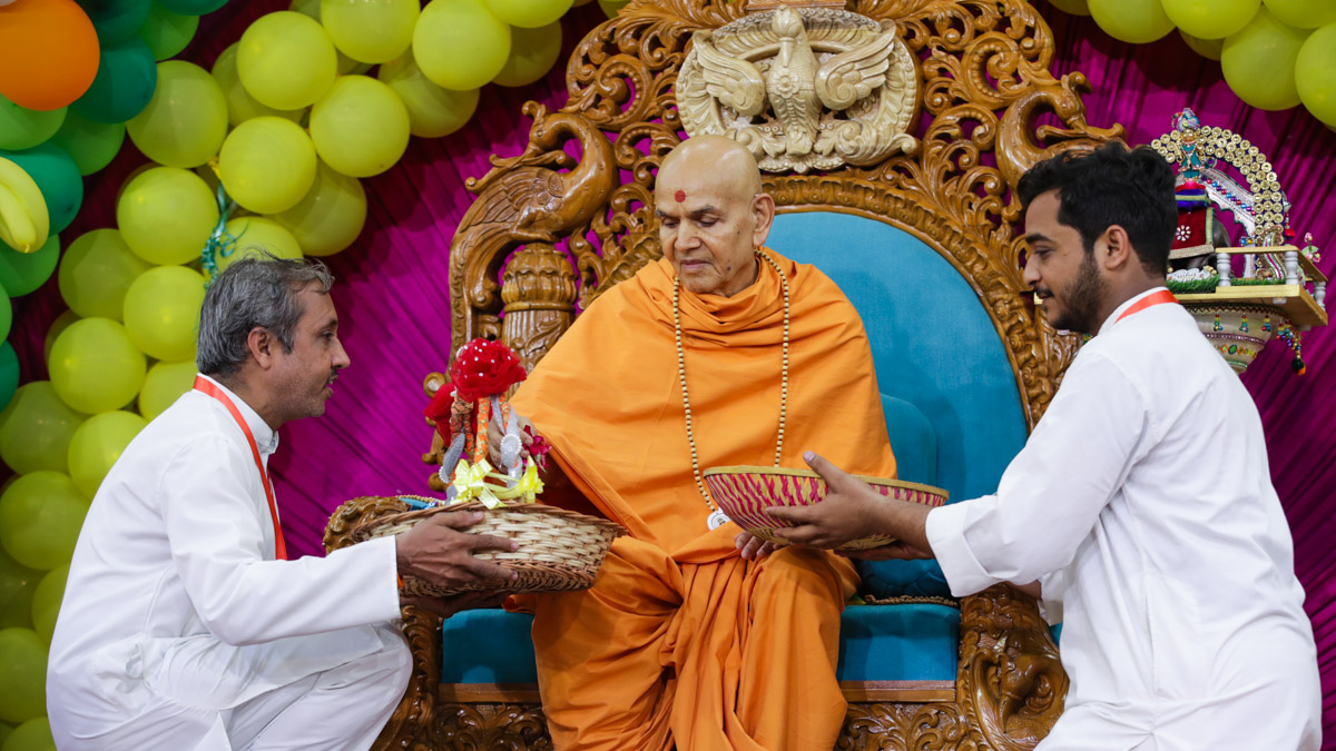 Swamishri sanctifies a chhadi
