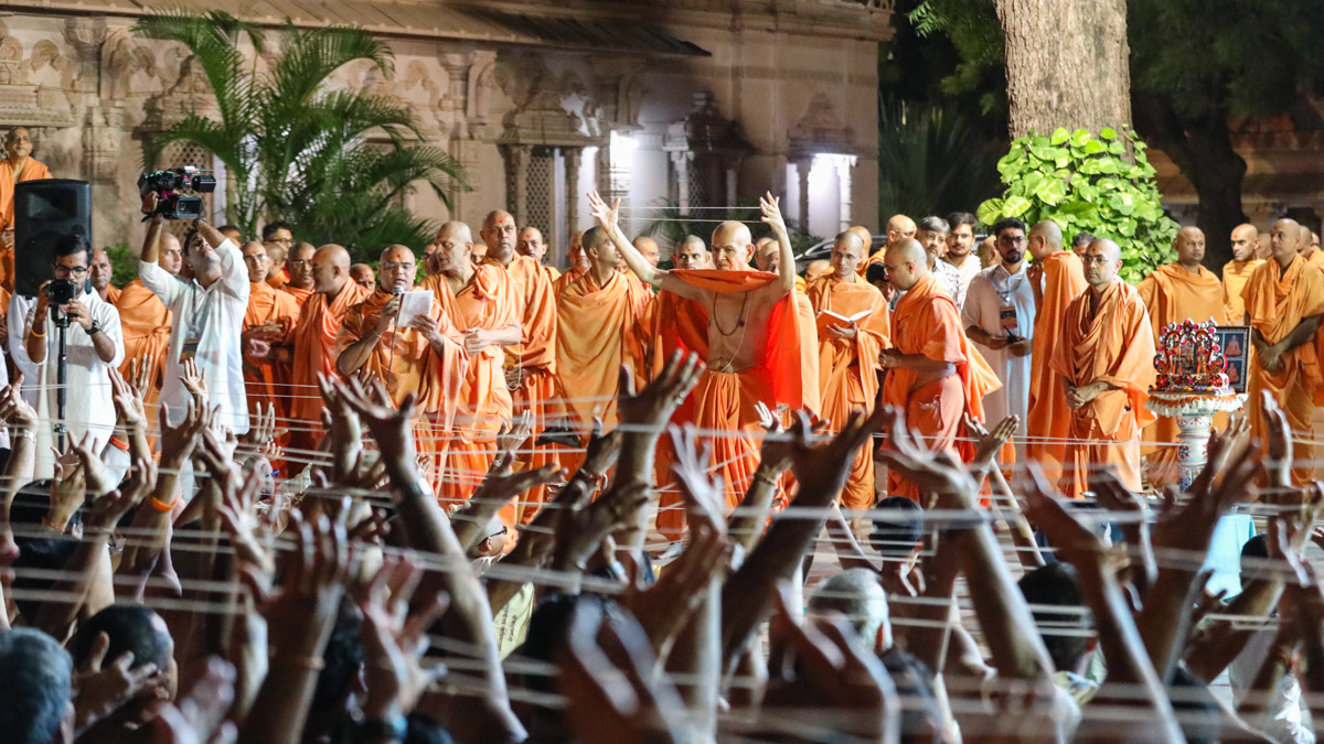 Swamishri blesses the janoi-changing ceremony for Brahmins