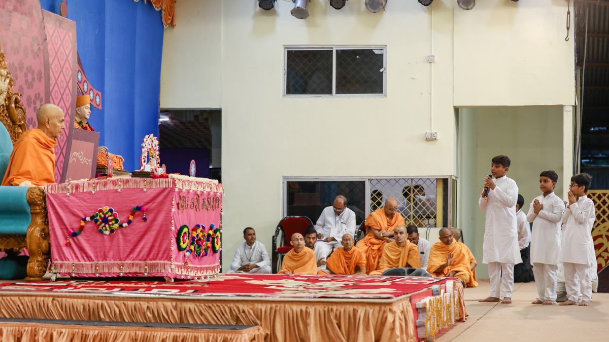 Children recite mukhpath before Swamishri