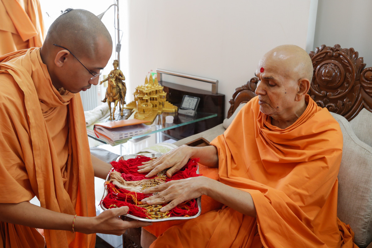 Swamishri sanctifies rakhadis