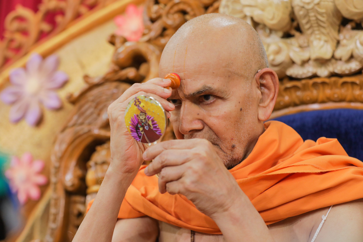 Swamishri applies chandlo during his morning puja