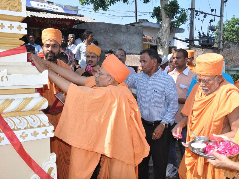 Pujya Tyagvallabh Swami performs pujan of gate