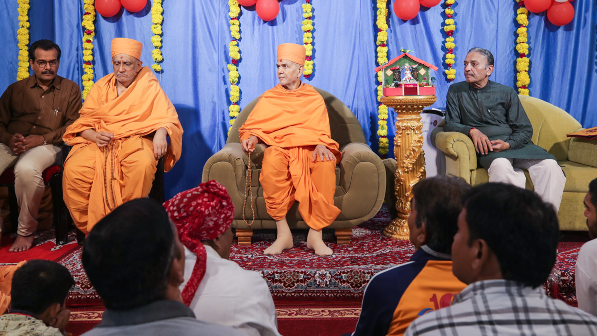 Swamishri and dignitaries on stage during the assembly