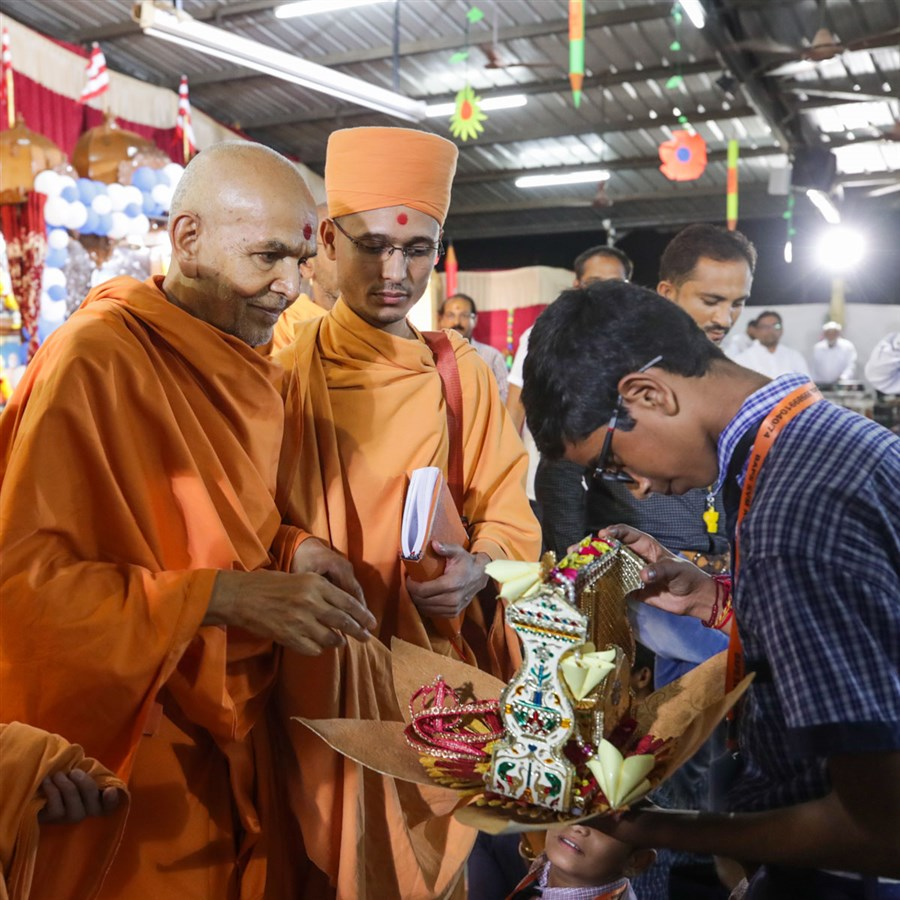 Swamishri sanctifies a hindolo made by a student