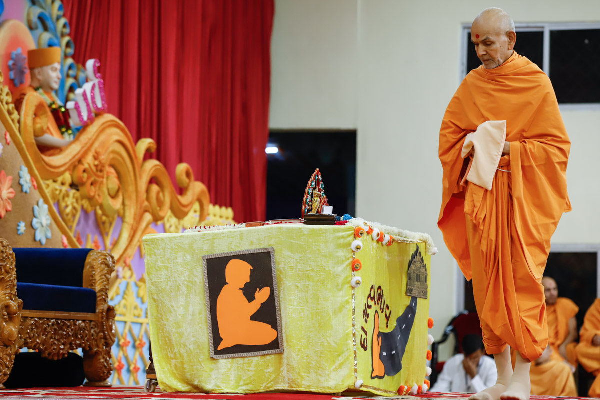 Swamishri performs pradakshina in his morning puja