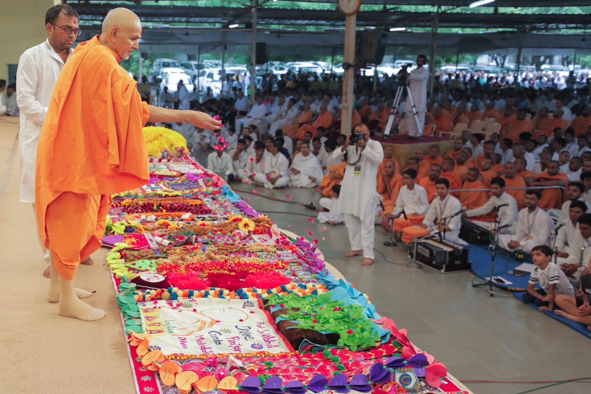 Swamishri sanctifies shawls and garlands