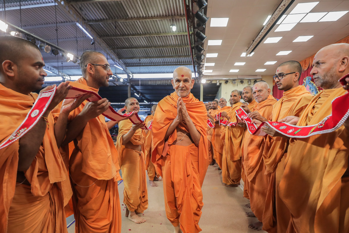 Sadhus honor Swamishri with a grand garland