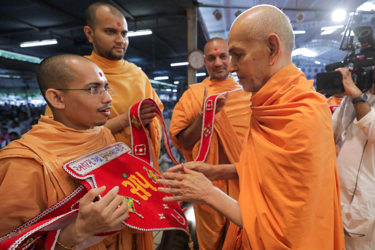 Swamishri sanctifies the garland