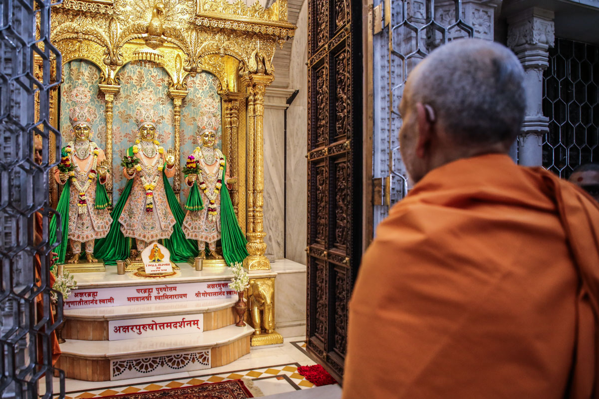 Swamishri engrossed in darshan of Thakorji before departing from Atladra