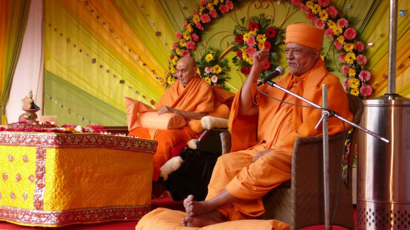 Pujya Doctor Swami discourses during Swamishri's puja