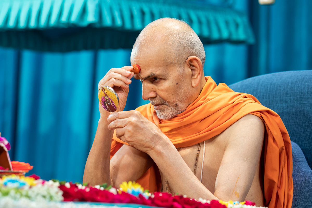 Swamishri applies chandlo in his morning puja