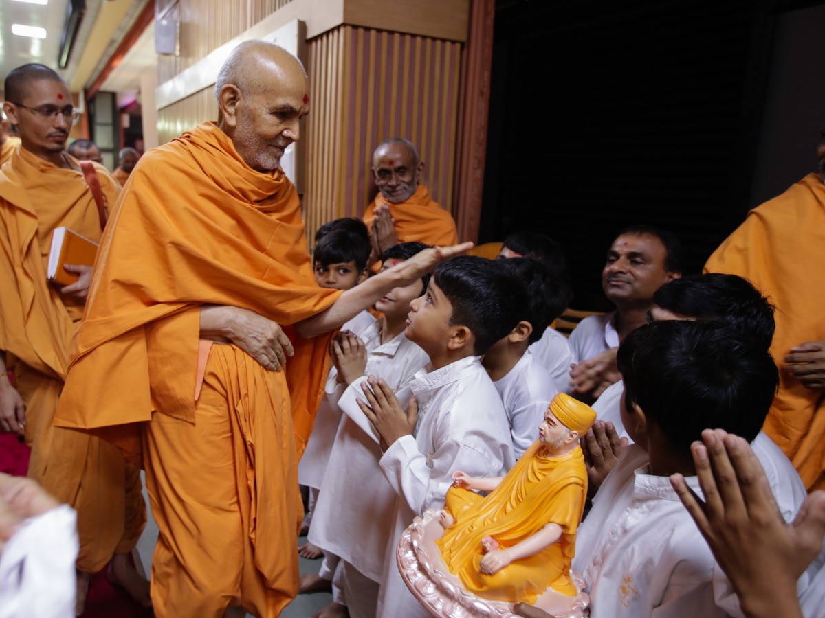 Swamishri blesses children who recited mukhpath during puja