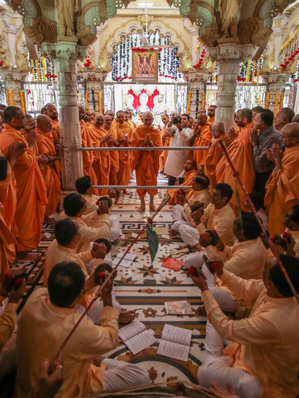 Devotees sing kirtans in the traditional 'ochhav' style