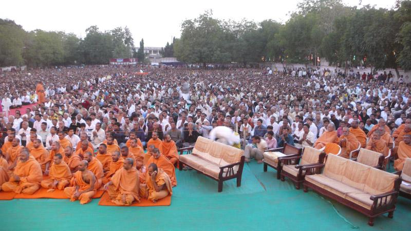 Sadhus and devotees during the jholi parva assembly