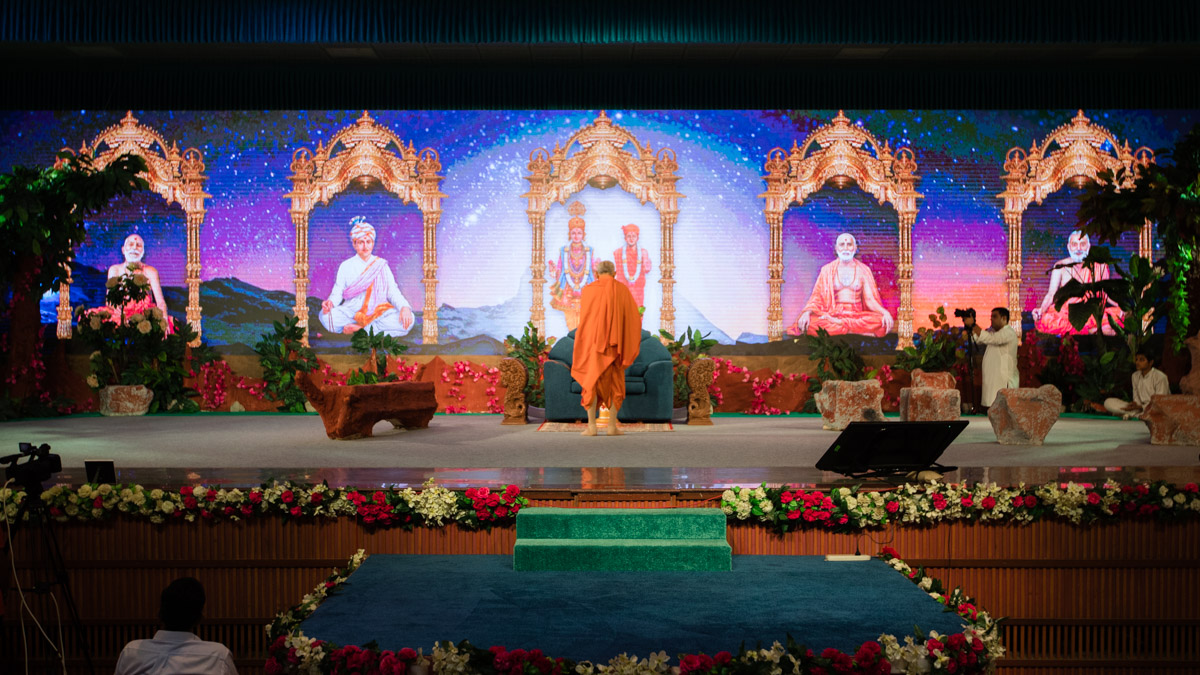 Swamishri performs the evening arti prior to the Bal Din assembly in the Yagnapurush Sabhagruh