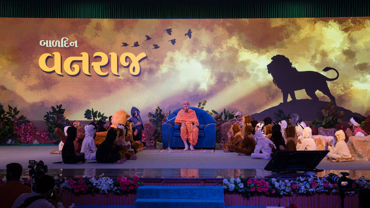 Swamishri blesses the Bal Din assembly