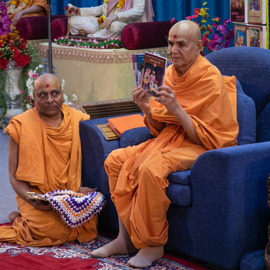 Swamishri inaugurates new Gujarati print publications 'Bhagwan Swaminarayanna Bhaktaratno' Parts 5, 6 and 7
