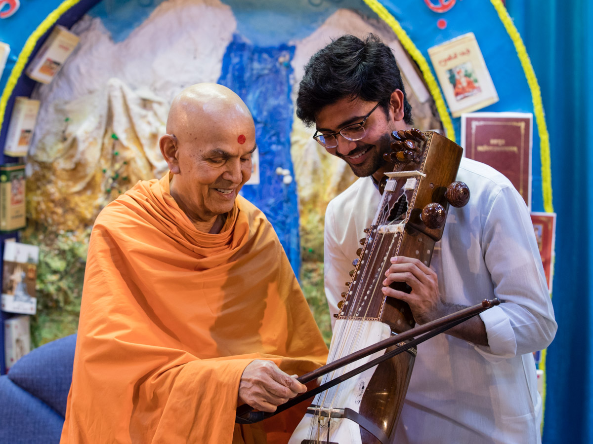 Swamishri sanctifies a sarangi